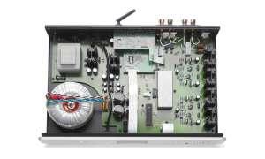 ABSCHIRMDIENST: Die Streamingund Funk-Boards (Mitte hinten) haben ein gewisses Störpotential. Atoll hat daher die besonders sensiblen großen Koppel-Folien-Cs mit einer dicken grauen Stahlhaube geschützt.
