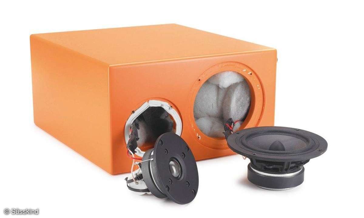 weg vom Bass: Mittel- und Hochtöner, letzterer mit Huckepack-Weiche, ruhen in einer separaten Kammer.