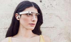 Frau mit Google Glass