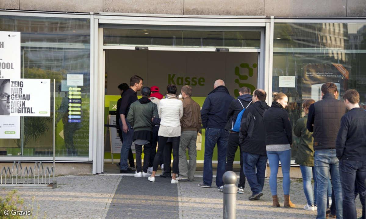Apple Fans vor der Gravis Filiale in Berlin