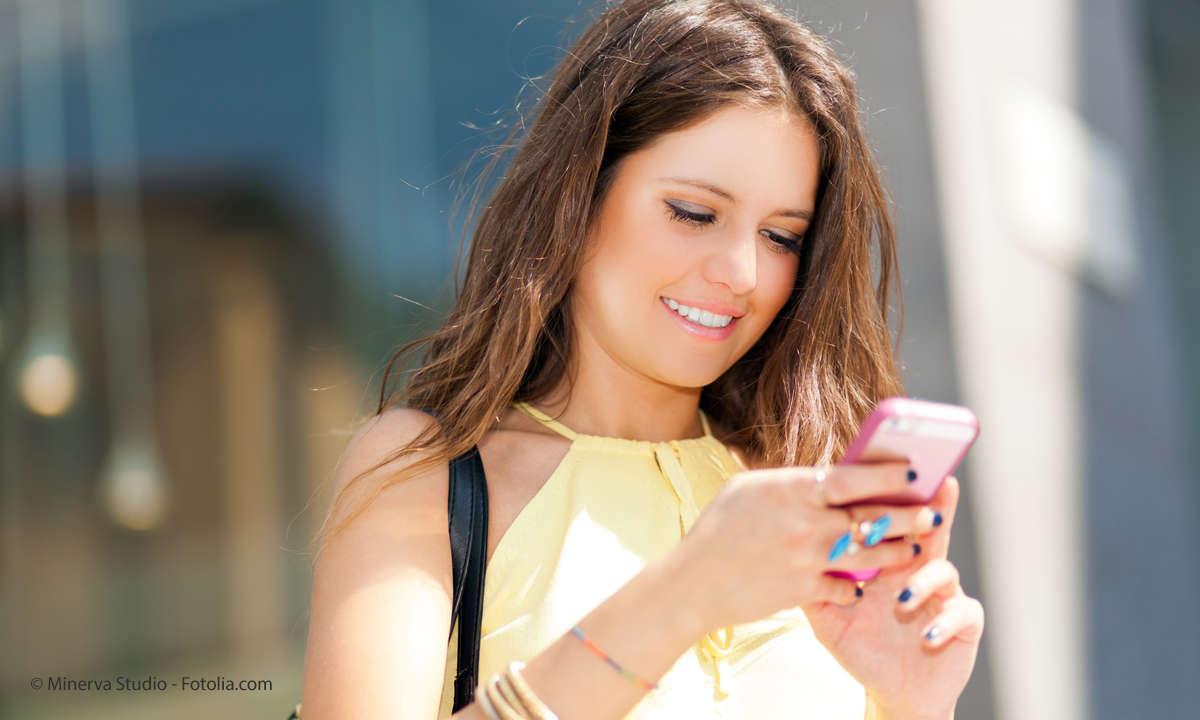 Mobilfunk Tarife Frau mit Smartphone