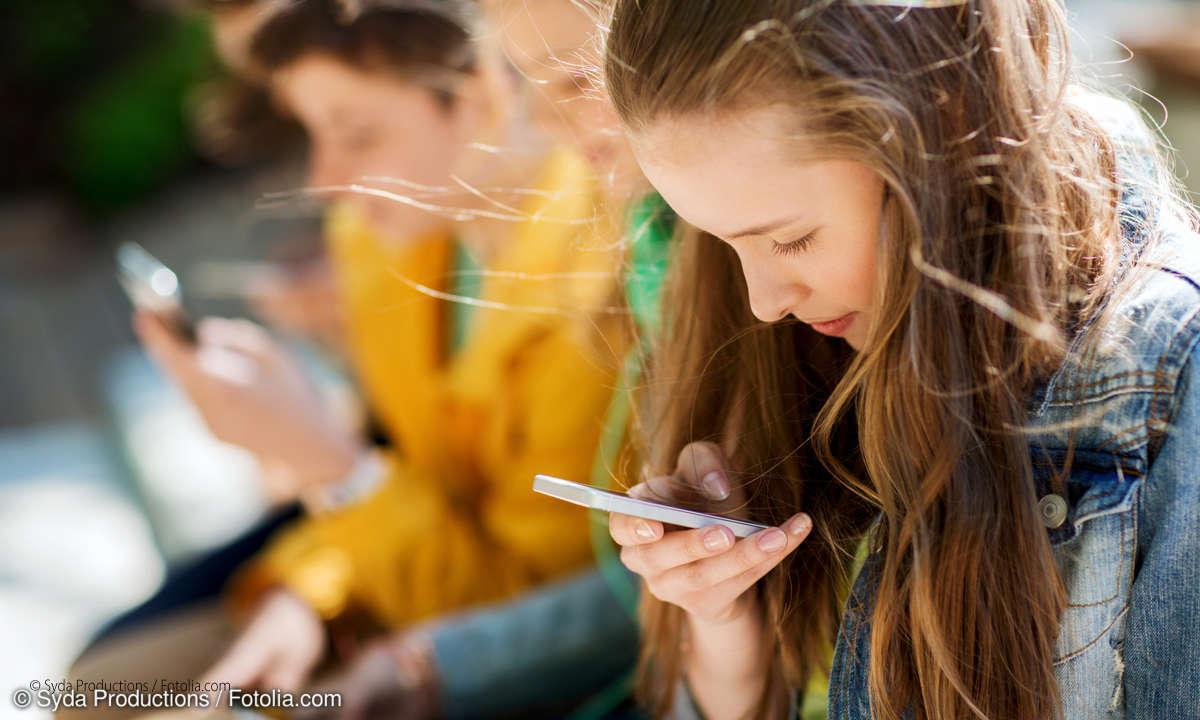 Teenager mit Smartphone