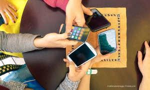 Smartphones in Händen