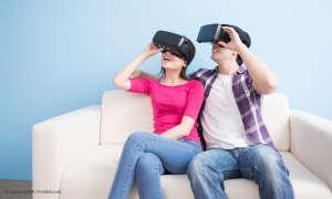 Paar auf Couch mit VR-Brillen