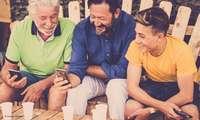 Drei Männer mit Handys
