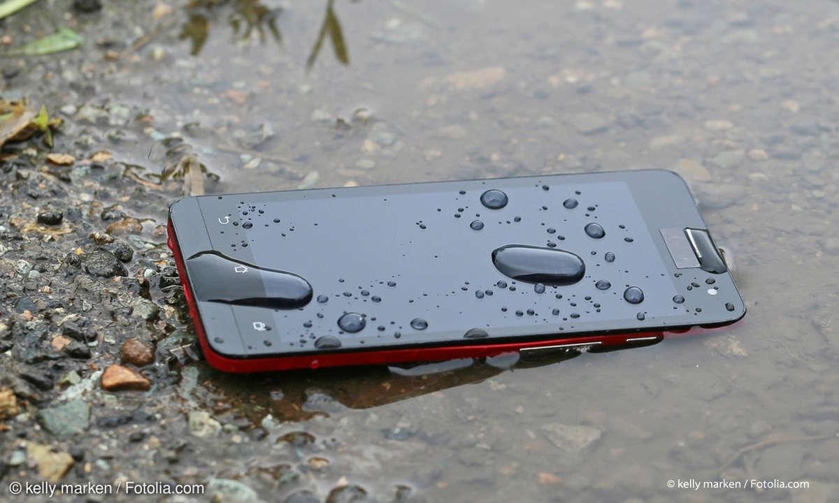 Smartphone im Wasser