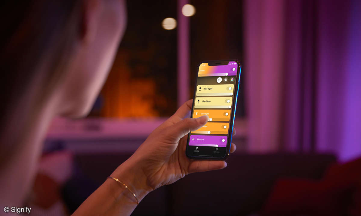 hue-product-interaction-relax-phone-close