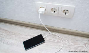 Smartphone am Ladegerät