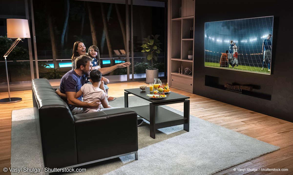 Großer Smart-TV im Wohnzimmer