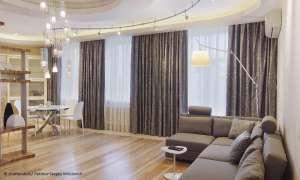 Wohnzimmer mit schweren Vorhängen