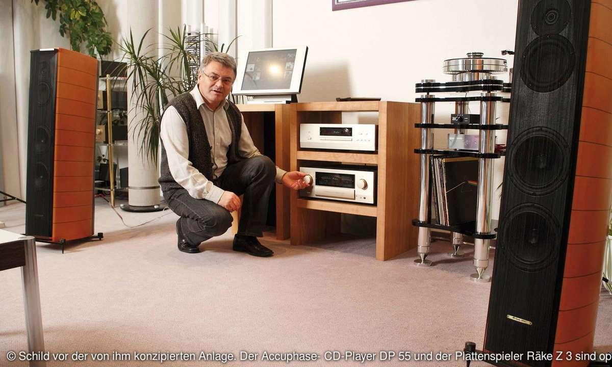 Schild vor der von ihm konzipierten Anlage. Der Accuphase- CD-Player DP 55 und der Plattenspieler Räke Z 3 sind optional.