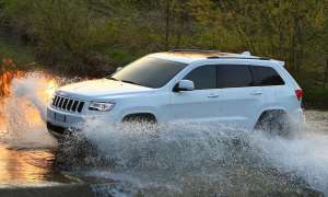 weißer Jeep Grand Cherokee