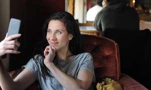 Mit Smartphone im Cafe