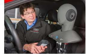 Wolfram Jähn mit Kunstkopf im Audi S3