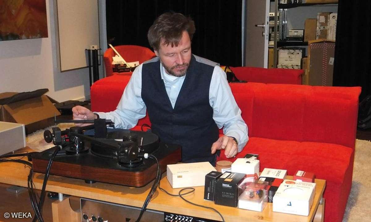 Andreas Günther beim Tonabnehmer-Test im Hörraum